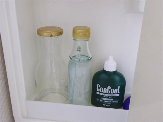 洗面台の棚に化粧水を置いた様子