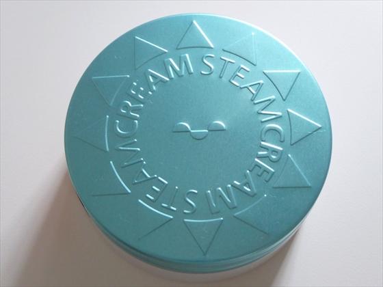 スチームクリームの缶を上から撮影