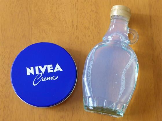 ニベアと化粧水を入れた瓶