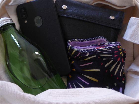 バッグの中身、スマホ、財布、瓶に入った水、ハンカチ