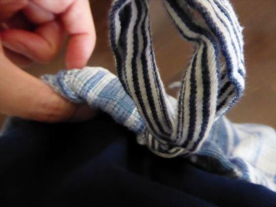 ウエストを紐にしたパジャマを着ているところ