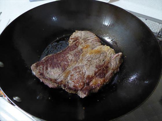 鉄のフライパンで焼いた牛肉