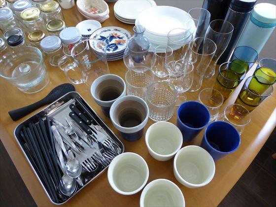 大量のカップやカラトリー