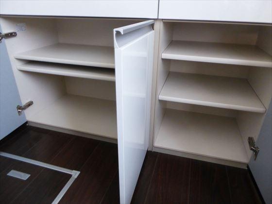 空になった食器棚下の扉