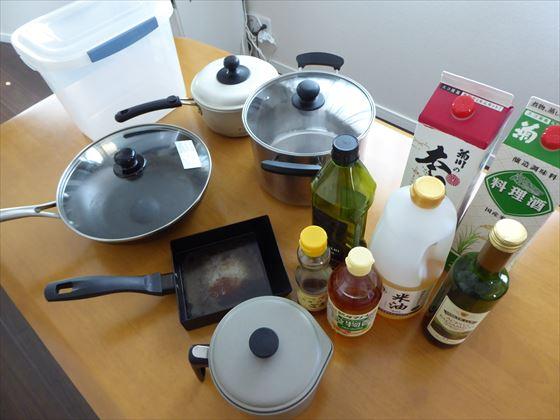 鍋、フライパン、常温保存の調味料など