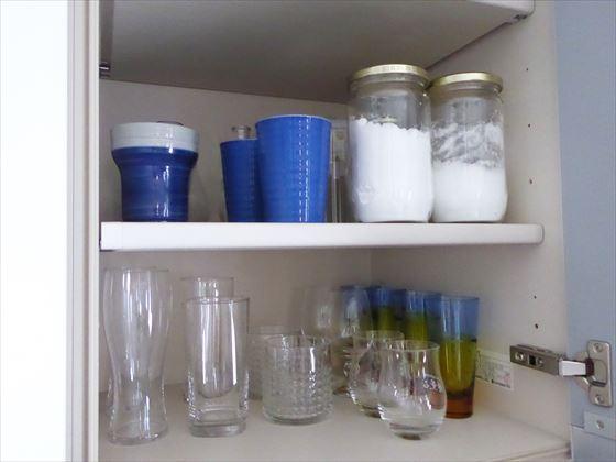 食器棚上の扉(左側)の中身、お酒用のグラスやカップ