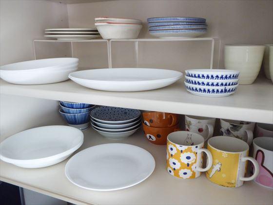 食器棚上の扉の中身、お皿やマグカップなど