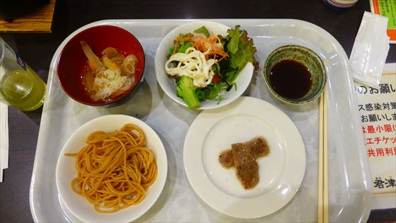 旦那さんが撮影した食事、サラダやパスタ