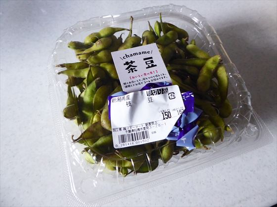 プラスチック容器に入った見切り品の茶豆