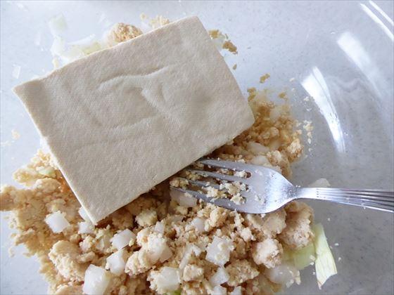 混ぜた玉ねぎと大豆ミートに豆腐を入れたところ
