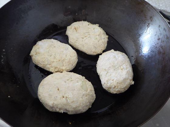 フライパンに並べた豆腐ハンバーグ
