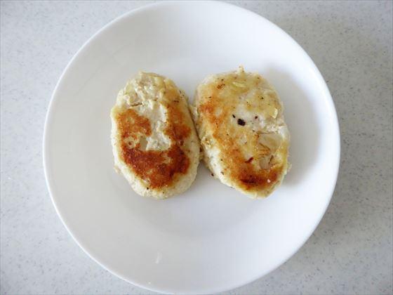 お皿にのった豆腐ハンバーグ2個