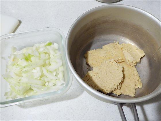 解凍された大豆ミートと玉ねぎのみじん切り