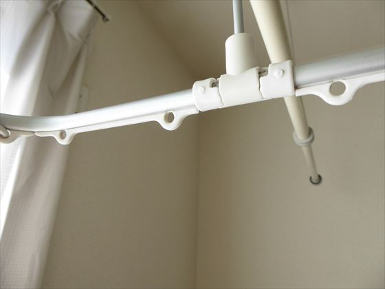 すきっ歯状態の洗濯ピンチハンガー、右側