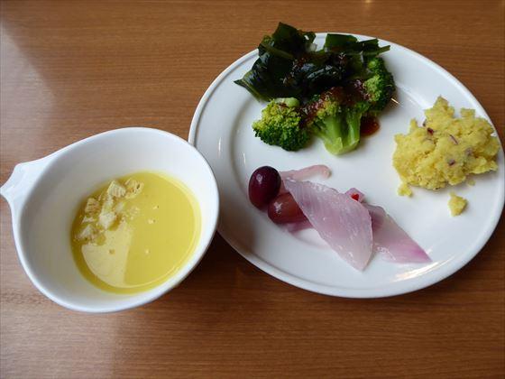 サラダ数種類とスープ