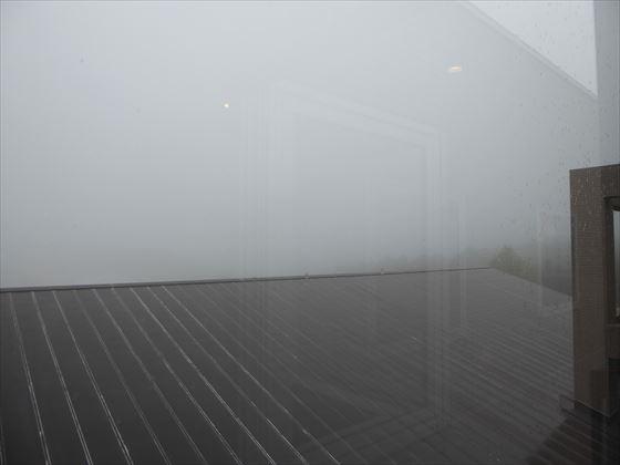 霧で真っ白になった廊下から外への眺め