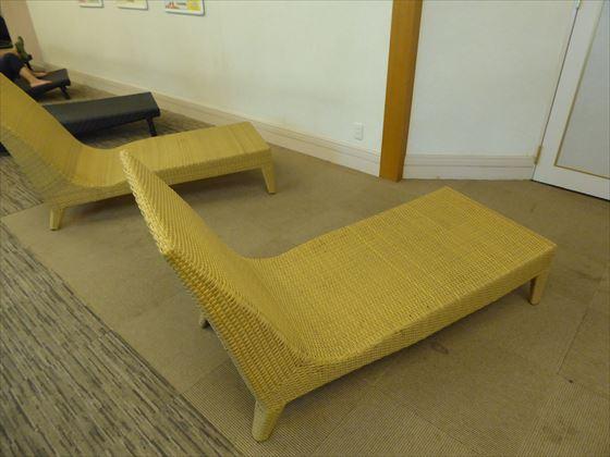 足が伸ばせる椅子
