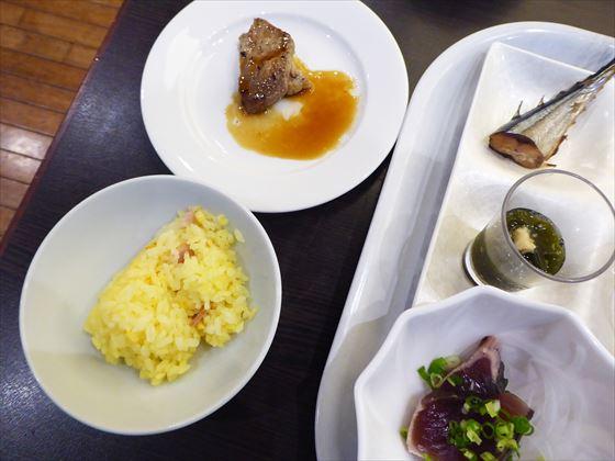 皿にのせた食事、左側、ステーキやピラフ