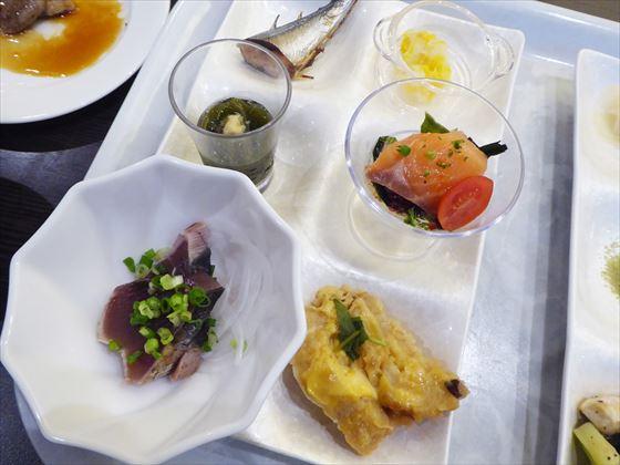皿にのせた食事、中央、刺身やサンマの柚庵焼き