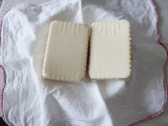 布巾に置いた豆腐