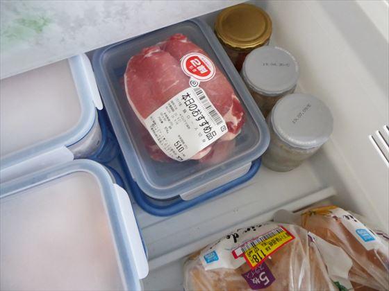 冷凍庫にしまった豚肉