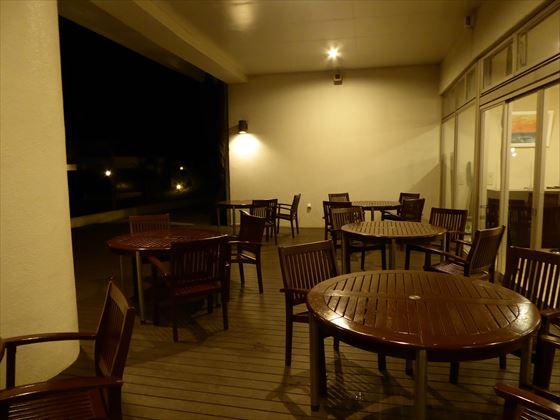 夜の1階のテラス