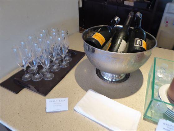 3本用意されたスパークリングワインとグラス