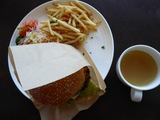 ハワイアンチーズバーガー、ポテト、サラダ、スープ