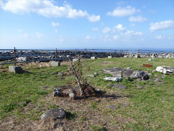 宇江城城跡内の様子、点在する石と空