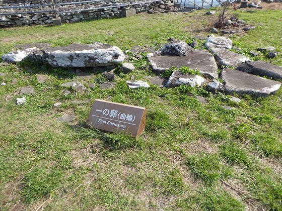 宇江城城跡内の様子、点在する石の案内看板