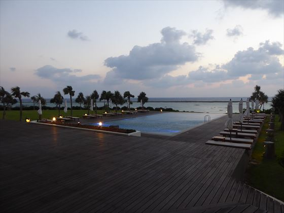 夕方のプールと海