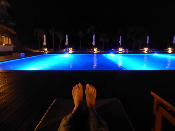 夜のナイトプールでひとやすみ