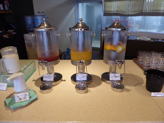 ドリンクバー(トマト、オレンジ、水)
