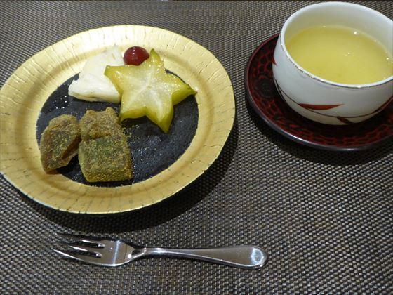 黒糖わらび餅とフルーツ