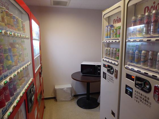 2階にある自動販売機と電子レンジ