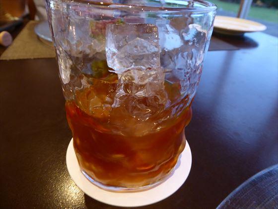 グラスに入った黒糖梅酒