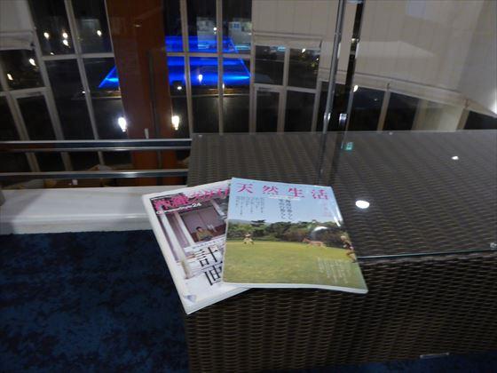 夜、2階のソファで雑誌を読む様子