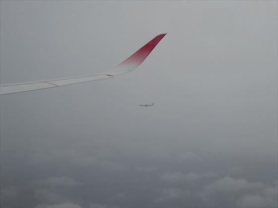 窓から見えた横を飛ぶ飛行機