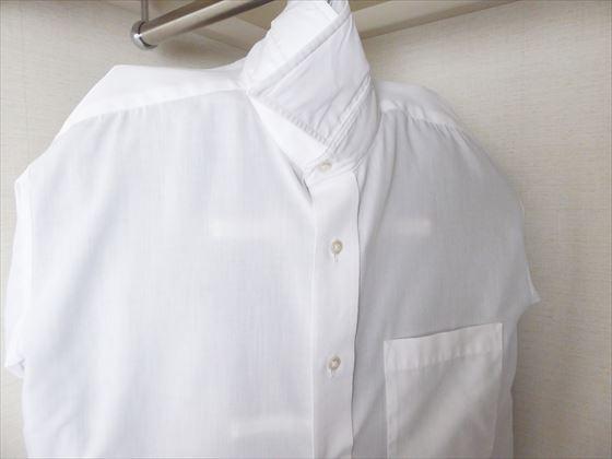 ワイシャツを洋服カバーにしている様子