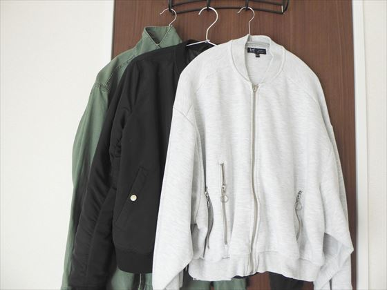 ジャケット3枚、カーキ、黒、白。