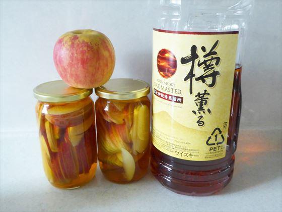 りんごと漬けたりんごとウイスキーのボトル
