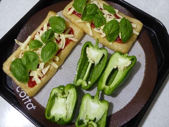 焼きピーマンと油揚げピザ