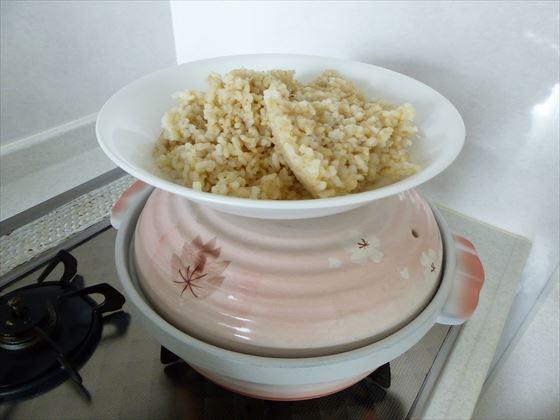 土鍋の上に置いた冷やご飯