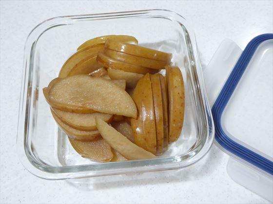 ガラス容器に入れたりんご