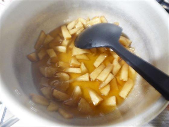 煮溶かした寒天にりんごを入れたところ