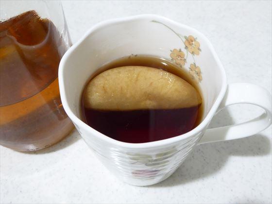 カップに紅茶とりんごを入れたところ
