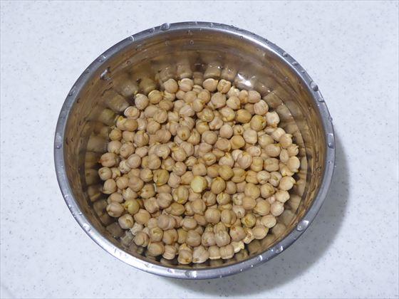 水に浸したばかりの豆