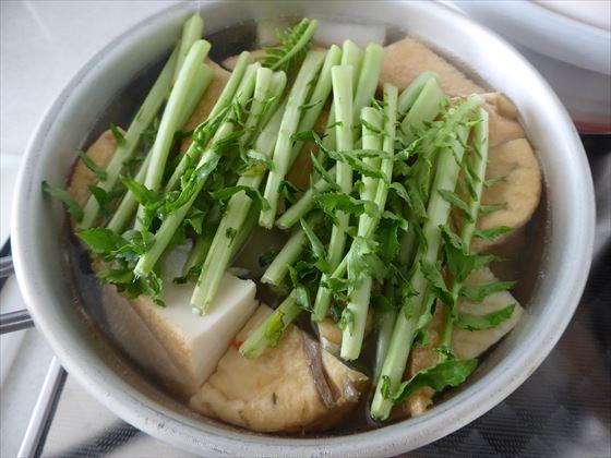 大根の葉がのった煮物の鍋