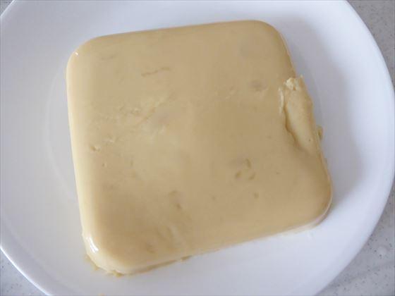 お皿にのせたひよこ豆豆腐