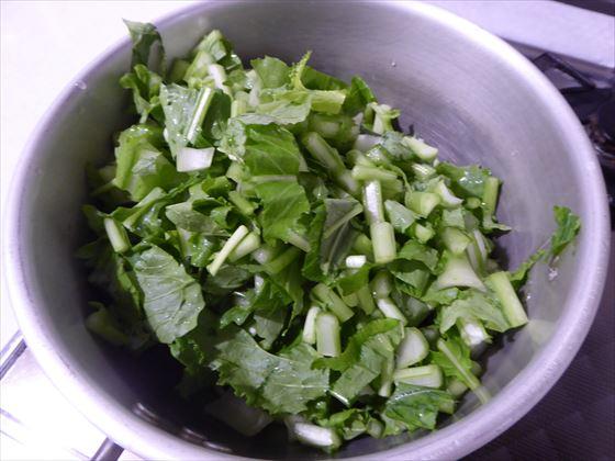 鍋に入れたカブの葉